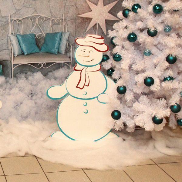 Декоративный снеговик белого цвета