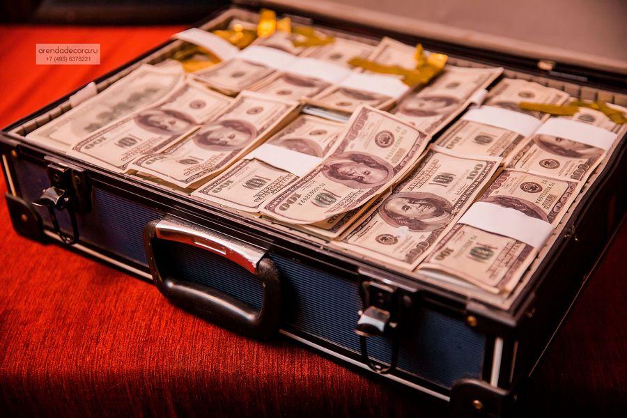 бутафорский чемодан с деньгами